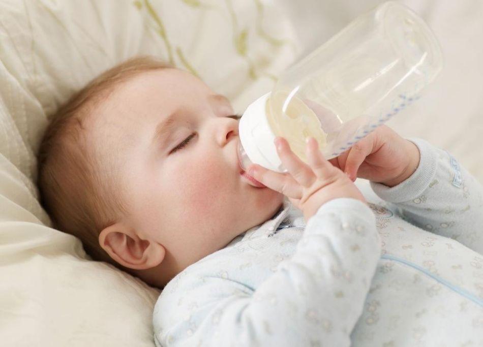 Chăm sóc trẻ đúng cách - trẻ sơ sinh uống sữa công thức